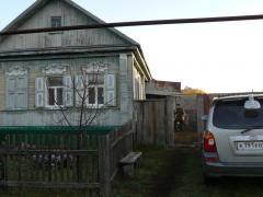 осень 2007 г. Балашов Саратовской области. Тоша опять ждет.  На заднем плане мой отец, поездка по его родным местам.